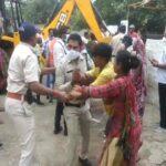 अतिक्रमण हटाने पहुंचे नगर निगम टीम पर किया पथराव, पुलिसकर्मियों के साथ की रहवासियों ने झड़प